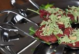 Vorspeiselöffels mit Rinderfilet und Pinienkerne